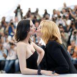 """Kollegen-Knutschen scheint in Cannes gerade groß angesagt zu sein. Auch Eva Green und Emmanuelle Seigner geben sich beim Photocall für ihren gemeinsamen Film""""Based on a True Story"""" von Roman Polanski ein Küsschen."""