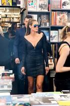 """Prominenter Besuch in der Buchhandlung Walther König in Köln: Heidi Klum stellt zusammen mit dem britischen Fotografen Rankin ihren Bildband """"Heidi Klum by Rankin"""" vor und sieht dabei im schwarzen Glitzer-Mini mit verspiegelter Piloten-Brille echt heiß aus."""