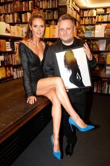 Blue Suede Shoes! Nicht nur Heidis sexy Outfit ist ein Hingucker, auch ihre blauen High-Heels könnten glatt vom Buch ablenken, das Rankin in den Händen hält. Viel Erfolg damit!
