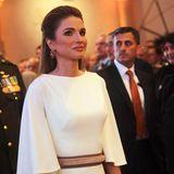 Den Unabhängigkeitstag in Jordanien feiert Königin Rania in einer tollen weißen, bodenlangen Robe mit Taillengürtel und versteckten bunt-gemusterten Stoffeinsätzen.
