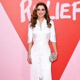 """Zur """"Fashion For Relief""""-Show in Cannes erschien Königin Rania in einem weißen, bodenlangen Hemdblusen-Kleid, welches einen sexy Spitzen-Unterrock aufweist."""