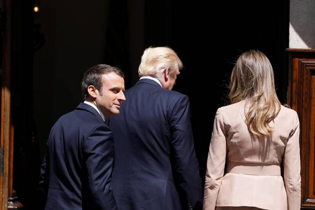 25. Mai 2017  Donald und Melania Trump schreiten Hand in Hand vor Frankreichs Präsident Emmanuel Macron zum Lunch in Brüssel.