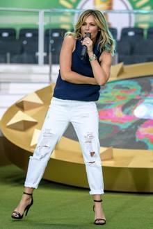 Starker Style, Helene! Auch wenn einige Fußballfans im Berliner Olympia-Stadium über die Performance von Helene Fischer zum DFB-Pokalfinale irritiert waren, hat sie sich jedoch dem Anlass entsprechend mit weißer Jeans und blauem, ärmellosem Woll-Sweater richtig sportlich schick gestylt.