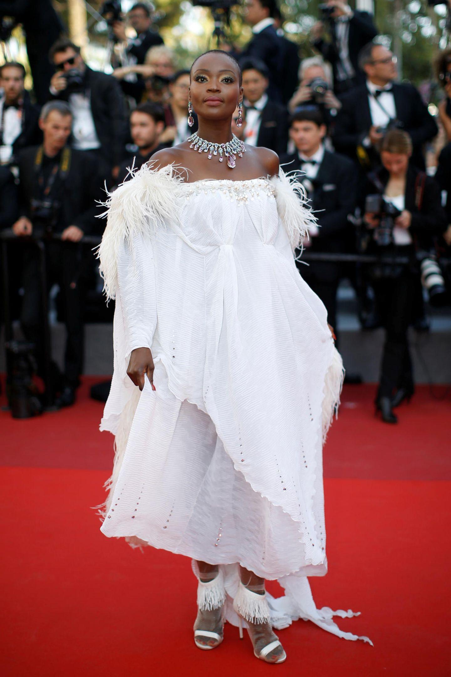 Obenherum sieht Model Miriam Odemba bezaubernd aus, weiter unten wird uns der Baumwoll-Look zu unförmig.