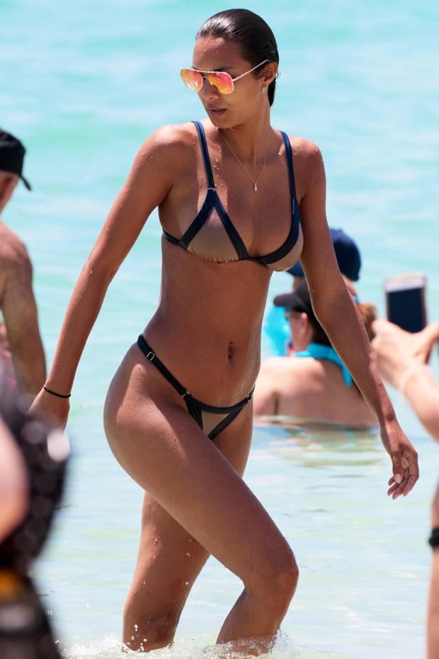 """Bei dieser braun gebrannten Haut, erblassen wir glatt vor Neid. Nicht zuletzt wegen dieses ziemlichen heißen Körpers von """"Victoria's Secret""""-Model Lais Ribeiro. Sie sonnt sich aktuell im knappen Bikini in der Sonne Miamis."""