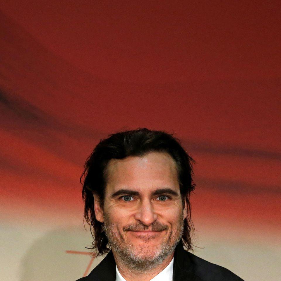 """Reine Kopfsache! Joaquin Phoenix zeigt sich bei der Pressekonferenz von """"You Were Never Really Here"""" in bester Stimmung."""