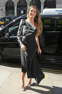 Zu ihrer Buch-Präsentation in London erschien Topmodel Heidi Klum schon tagsüber kurzerhand im Abend-Outfit. Das schwarze One-Shoulder-Kleid mit Schlangen-Print und hohem Beinschlitz, zog sie dann auch gar nicht mehr aus, sondern traf gleich im Anschluss ihren Liebsten zur Date-Night ...