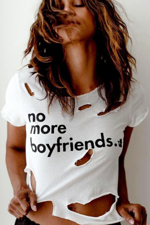 """""""No more boyfriends"""" - mit diesem coolen Shirt setzt Schauspielerin Halle Berry ein echtes Statement und schwört den Männern endgültig ab."""