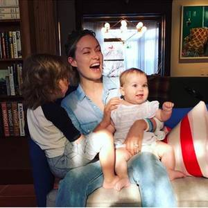 Hier werden die Lachmuskeln ganz schön beansprucht: Olivia Wilde gewährt einen seltenen Einblick in ihr Zuhause mit den Kindern Otis und Daisy. Viel Holz und warme Farben dominieren das Wohnzimmer, in dem man sich sofort wohlfühlt.