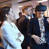 1. Tag  Prinzessin Victoria lacht herzhaft beim Anblick dessen, was ihr die 3D-Brille zeigt.