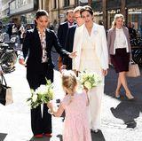 1. Tag  Zwei Prinzessinnen, zwei Blumensträuße, ein kleiner Fan: Victoria und Mary freuen sich sichtlich.