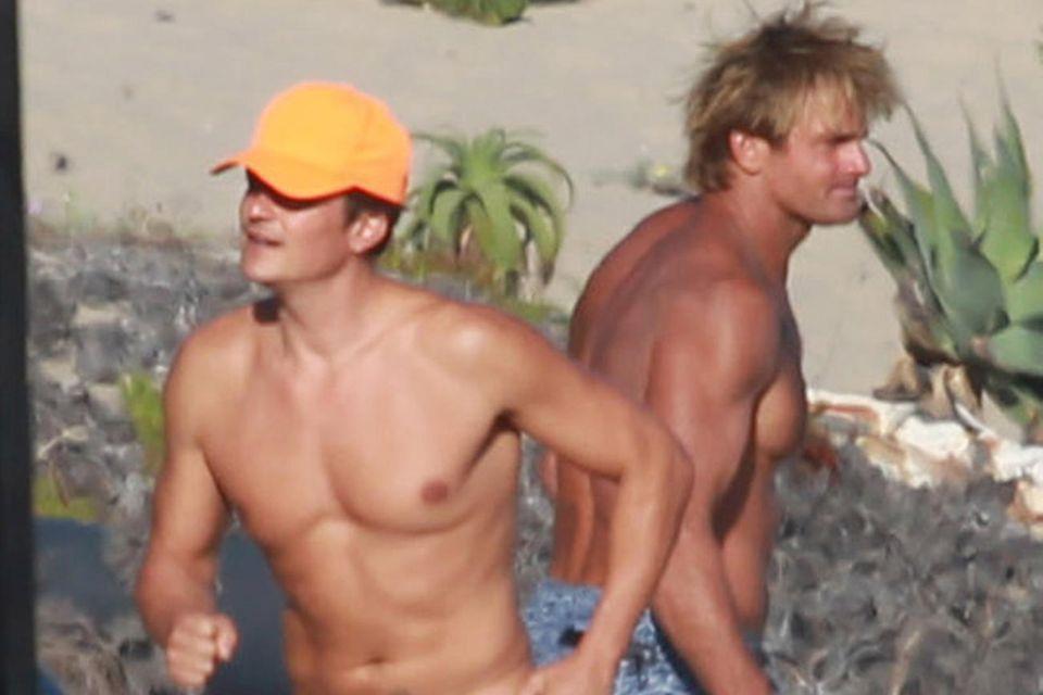 Hier trainieren Orlando Bloom und Sufer Laird Hamilton am Strand von Malibu.
