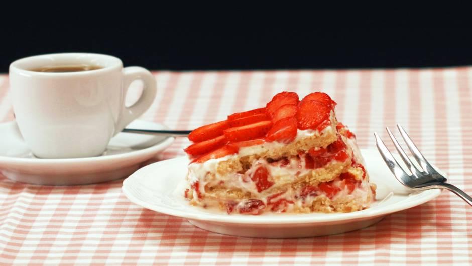 Sommerlicher Nachtisch: Schicht-Dessert mit frischen Erdbeeren