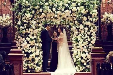 """29. Mai 2017  In einem Traumkleid von Carolina Herrera gibt Schauspielerin Emmy Rossum ihrem Sam Esmail das Jawort. Für die Zeremonie haben sie als Location die """"Central Synagogue"""" in New York City gewählt und diese mit einem traumhaft schönen, pompösen Rosenkranz geschmückt."""