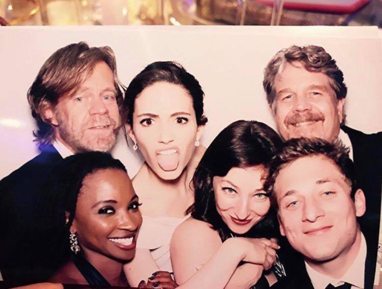 """Bei der Party nach der romantischen Zeremonie feiert Emmy Rossum mit ihren """"Shameless""""-Kollegen. Für Erinnerungsfotos hat die Schauspieler einen Automaten aufstellen lassen, in dem witzige Schnappschüsse entstehen. Die Serien-Crew ist privat nämlich genauso vertraut miteinander wie vor der Kamera."""