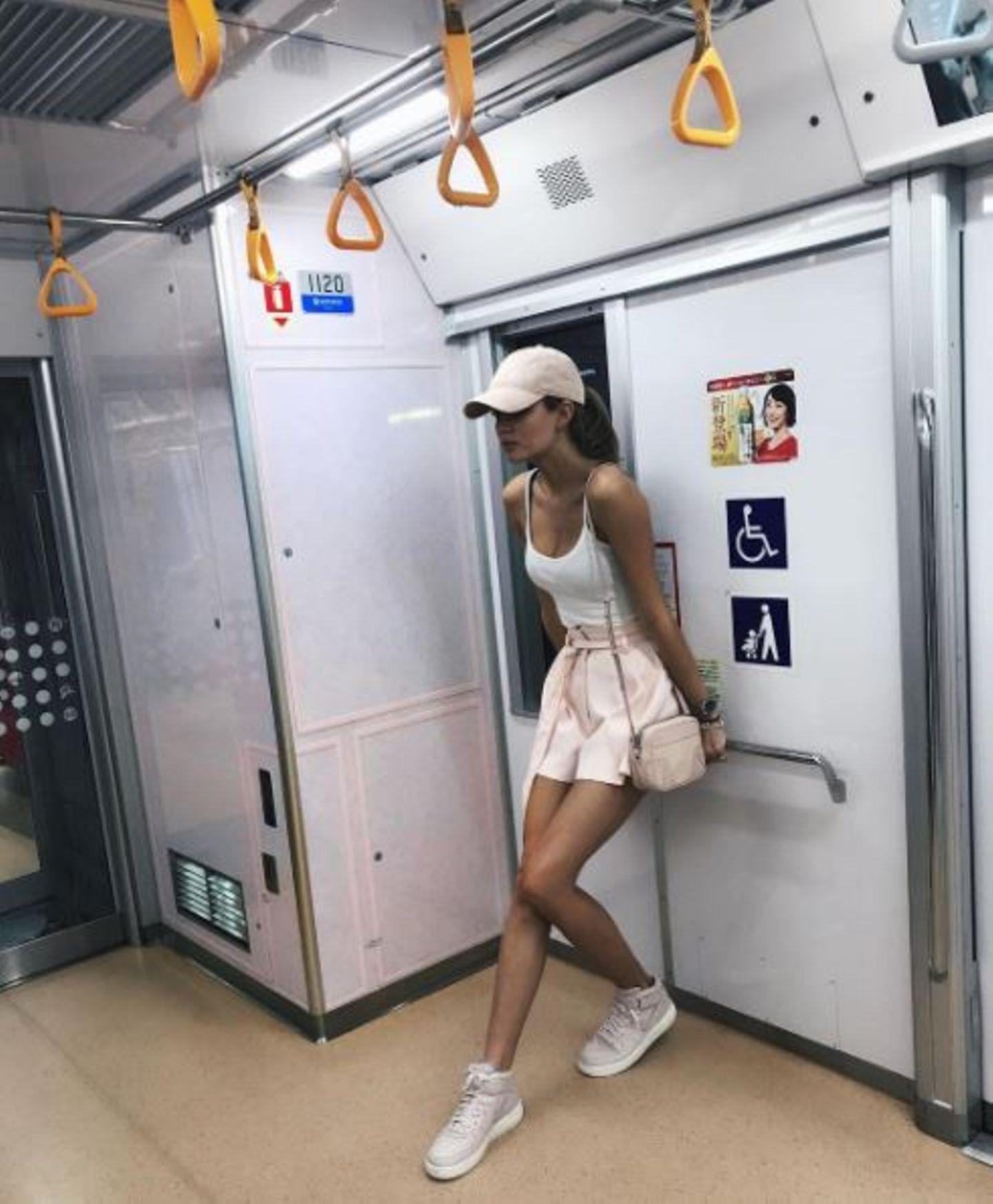 """""""Nächster Halt: Asakusa Station"""", heißt es für """"Victoria's Secret""""-Model Josephine Skriver, als sie mit der U-Bahn durch Tokio gondelt."""