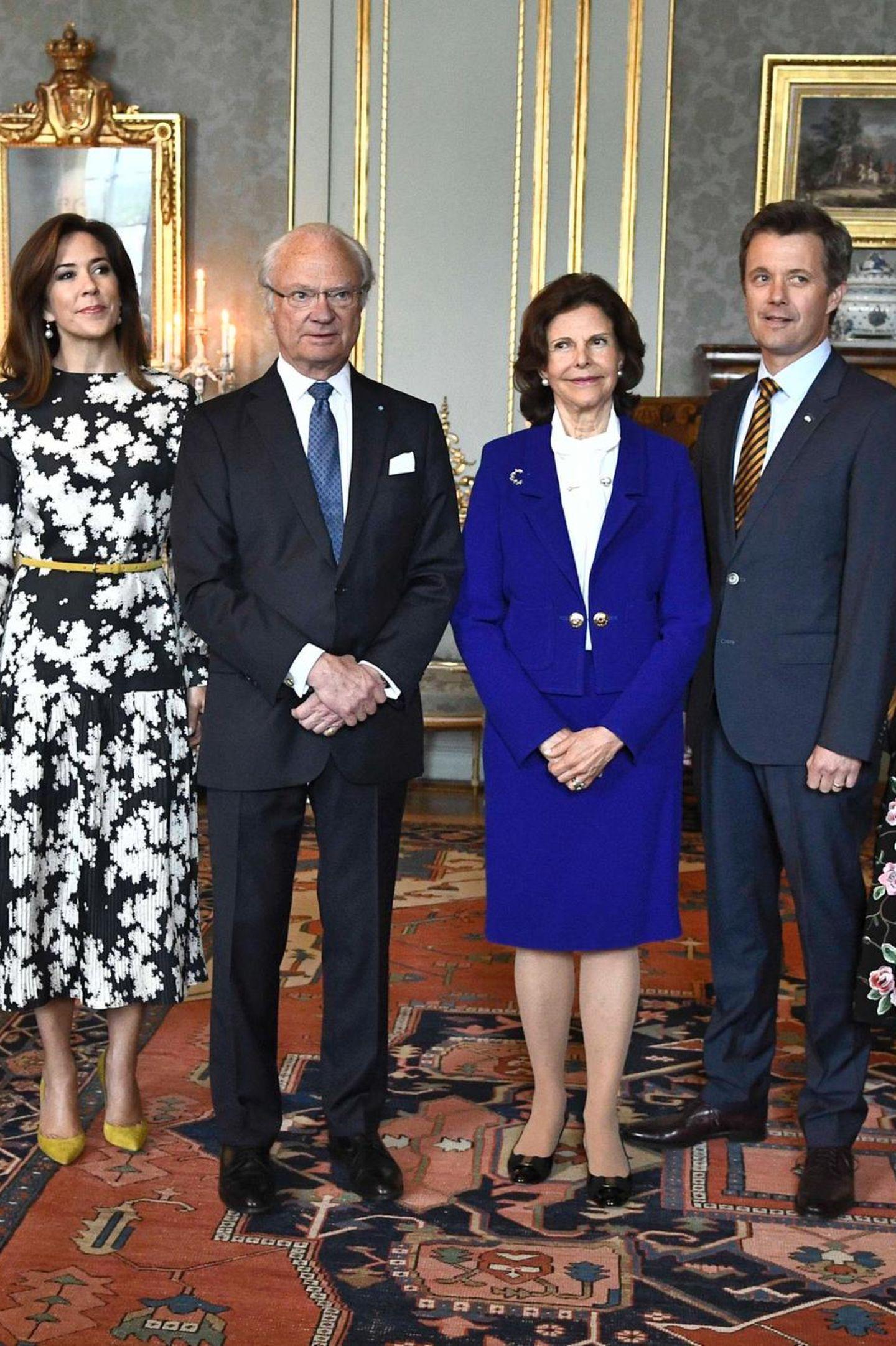 Tag 2  Am Mittag des zweiten Besuchstages geht es ins Schloss, wo König Carl Gustaf, Königin Silvia, Prinz Carl Philip, Prinzessin Sofia, Prinz Daniel und Prinzessin Victoria die Gäste aus Dänemark gemeinsam empfangen.
