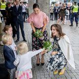 Tag 2  Victoria und Mary besuchen das Illum Wohneinrichtungshaus und werden am Eingang mit Blumen begrüßt. Ehrensache, dass Dänemarks Kronprinzessin dafür in die Knie geht.