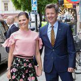 Tag 2  Victoria und Frederik sind gemeinsam zu einem Termin unterwegs - lachend und scherzend wie am ersten Tag.