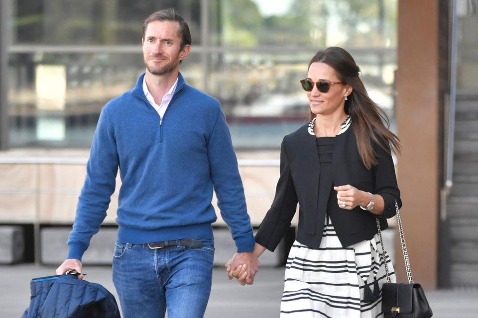 Ein gekonnter und sehr stimmiger Flitterwochenlook: Pippa Middleton spaziert in einem gestreiften Kleid, mit Espadrilles und einer eleganten Kastenjacke bekleidet an der Hand ihres frischgebackenen Ehemannes James Matthews durch Sydney.