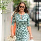 Ganz bodenständig, aber dennoch stylisch: Pippa Middleton trägt bei einigen alltäglichen Erledigungen dieses grün-weiße Shirtkleid, das auf ihrer gebräunten Haut toll zur Geltung kommt.
