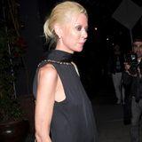 Zudem zeigt Tara Reid zeigt beim Verlassen eines Clubs in Hollywood wieder ein mal wie erschreckend dünn sie ist. Die Haut wirft schlimme Falten an ihren Knien und ihr Gesicht wirkt eingefallen.