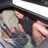 Hat da jemand zu tief ins Glas geschaut? Beim Aussteigen aus dem Auto gewährt Tara unfreiwillig tiefe Einblicke und entblößt ihr Höschen.