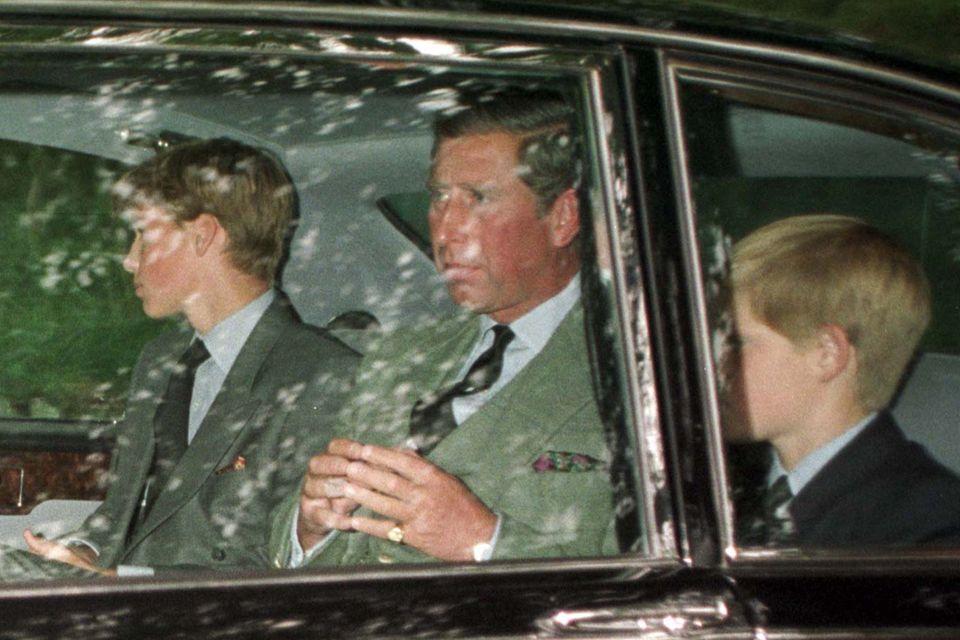 Prinz William und Prinz Harry sieht man, nachdem die Nachricht über den Tod ihrer Mutter die Welt erschüttert hat, zum ersten Mal beim Kirchgang mit der Familie.