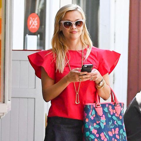Reese Witherspoon trägt selbstbewusst Farbe sowie ein Top mit opulenter Ärmellösung