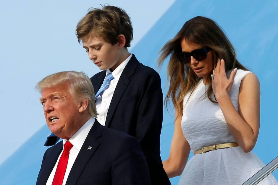 Donald Trump mit seinem Sohn Barron Trump und Ehefrau Melania Trump bei einer Landung mit der Air Force One.