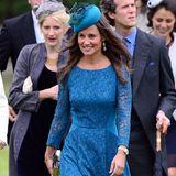 Dutzende Male konnte Pippa Middleton auf Hochzeiten schon üben, ehe sie selbst im Mai 2017 vor den Traualtar trat. Dieser blaue Look aus Spitzenkleid, Pumps und Fascinator ist ein stilsicherer Volltreffer.