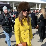 Wer wagt, der gewinnt: Beim Cheltenham Fesival setzt Pippa Middleton auf die Signalfarbe Gelb und kombiniert dazu eine große, braune Pelzmütze.