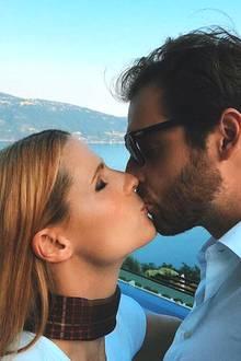 """Ein Kuss für den Ehemann. Michelle Hunziker teilt ein romantisches Foto, auf dem sie Tomaso Trussardi knutscht. Es handelt sich dabei um eine neue Challenge. """"Macht doch alle mit! #derschönstekuss küsst, wen ihr wollt! Wir brauchen dringend Liebesfotos!"""", postet die Moderatorin."""