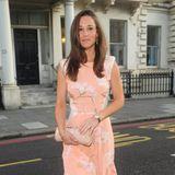Bei ihrer Kleiderwahl achtet Pippa Middleton stets darauf, ihre schlanke Taille und die wohldefinitierten Arme zu betonen, so wie in diesem apricotfarbenen Sommerkleid.