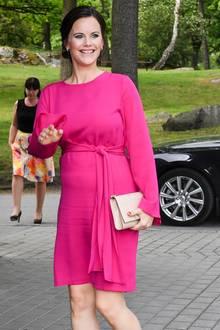 Was für ein Strahlen! Was für ein Look! In einem knallpinken Kleid präsentiert uns Prinzessin Sofia endlich ihren wachsenden Babybauch.
