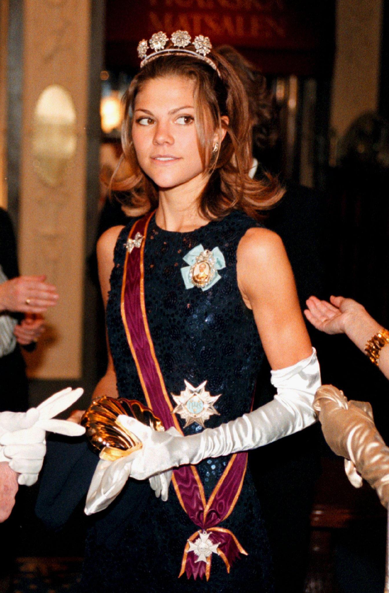 Victoria 1997 beim Innocence Ball in Stockholm. Sie scheint das schwere Diadem kaum tragen zu können.