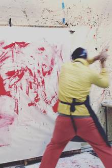 Mit vollem Einsatz drischt Orlando rote Farbe auf die Leinwand. Bleibt nun die Frage: Ist das Kunst oder kann das weg?