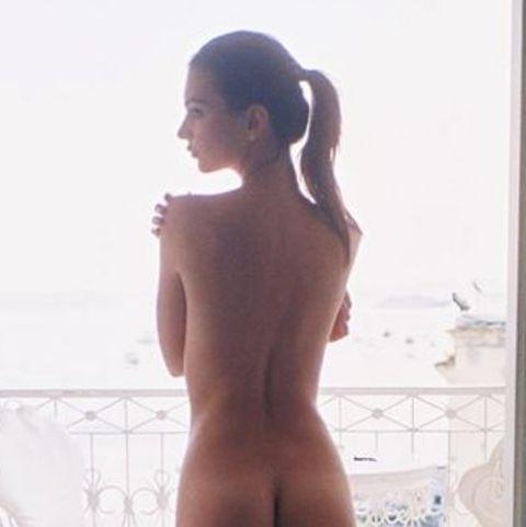 Viel nackte Haut ist man von Emily Ratajkowski ja gewohnt. Dieses Instagramshooting zeigt aber noch einmal in voller Pracht, was das aufstrebende Model so fleißig zu vermarkten versucht.