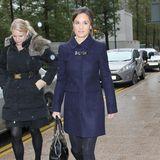Gedeckte Farben: Pippa trägt einen marineblauen Mantel, dazu schwarze Stiefel.