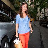 Mit diesem sommerlichen Look bringt Pippa Farbe in die triste Umgebung: Das blaue Blüschen und die orangefarbene Hose stehen ihr ausgezeichnet.