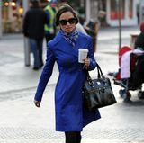 Im royalblauen Trenchcoat trotzt Pippa dem Regenwetter in London.