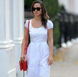 Sommerlich unterwegs: Zu dem luftigen Dress in weiß kombiniert Kates Schwester rote Ballerina mit passender Handtasche.