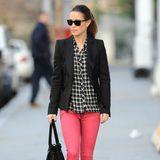 Mal wieder kariert: Die Karo-Bluse kombiniert sie mit einem schwarzen Blazer von Zara und einer pinken Jeans von Superdry.