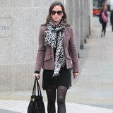 Pippa Middleton kombiniert ein schwarzes Kleid von Tania Cashmere mit einem Blazer von Ralph Lauren, ihrem Lieblingsschal von Alice by Temperley und Stiefel von Zara.