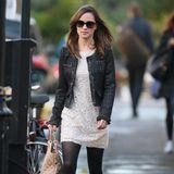 Elegant spaziert sie durch London. Unter der dunklen Bouclé-Jacke trägt die brünette Schönheit ein weißes Spitzenkleid.