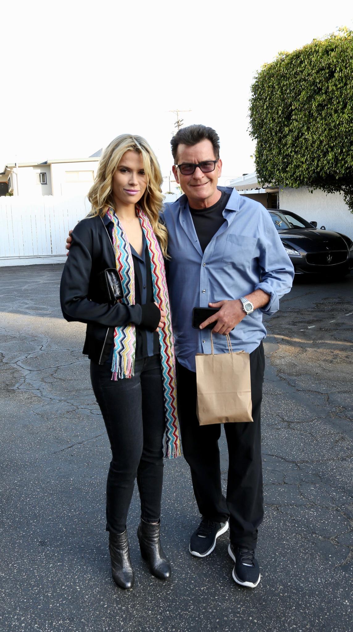 Charlie Sheen bringt seine neue Freundin Jools zum Geburtstag seiner Tochter.