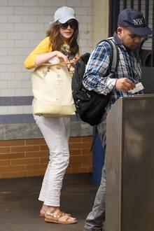 Auch ein Hollywoodstar kann in New York U-Bahn fahren; vorausgesetzt er kann sich gut tarnen. Schauspielerin Anne Hathaway macht es vor: Die Kappe und die große Sonnenbrille verdecken fast das ganze Gesicht. Den Fotografen konnte die Oscar-Gewinnerin trotzdem nicht hinters Licht führen.