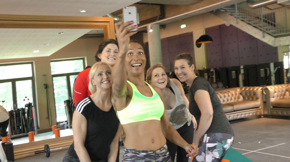 Die drei GALA.de-Redakteurinnen Lisa-Marie, Jolla und Julia gemeinsam mit ihren Trainerinnen Mieke und Annabelle Mandeng