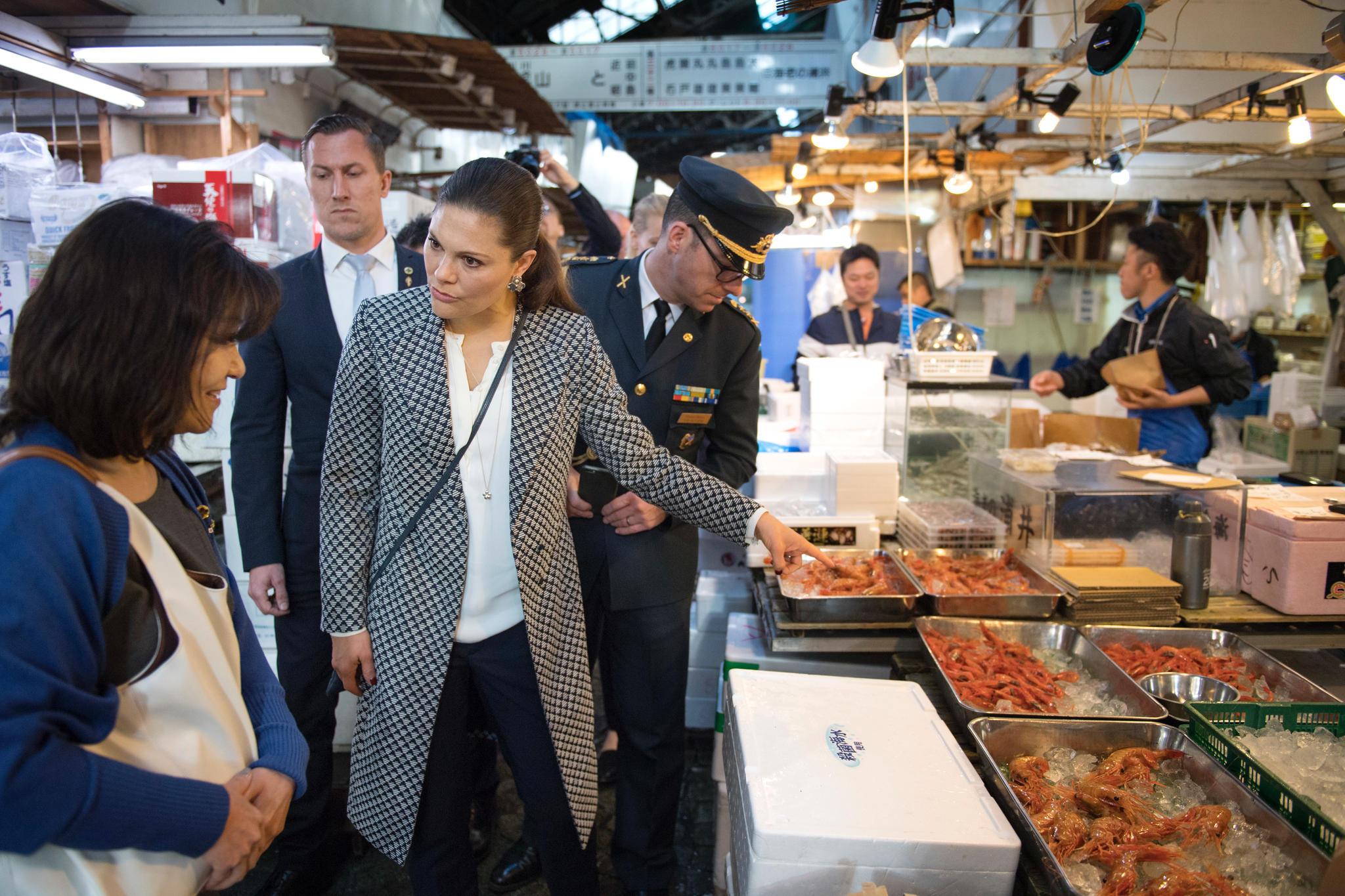 Hier besucht Prinzessin Victoria den größten Fischmarkt der Welt, den Tsukiji fish market in Tokio.