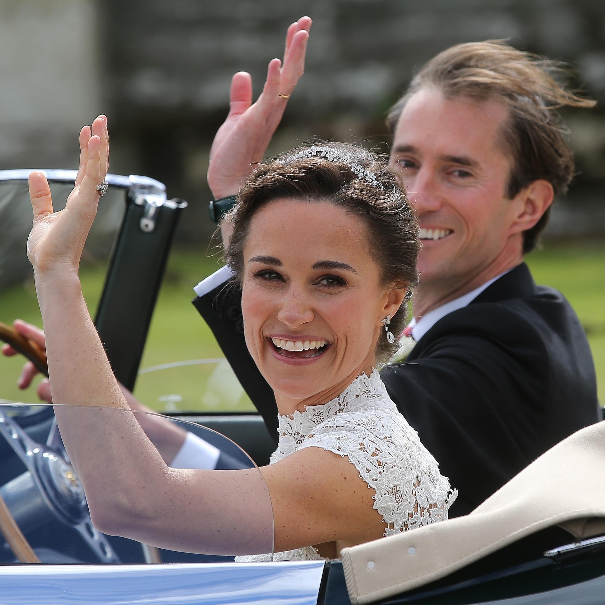 Dieses Lächeln ist zu perfekt, um wahr zu sein. Pippa Middleton winkt den Gratulanten vor der Kirche zu.
